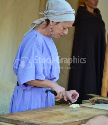 Dacian woman cutting onion