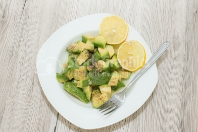 Avocado salad with lemon