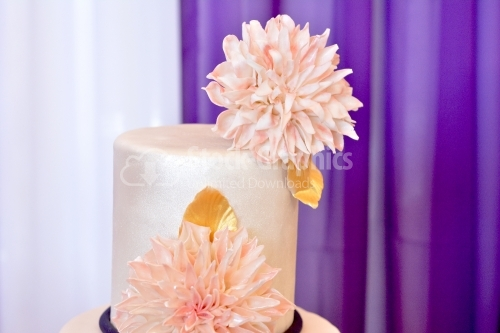 The top of a cake, decorated with a large beige chrysanthemum