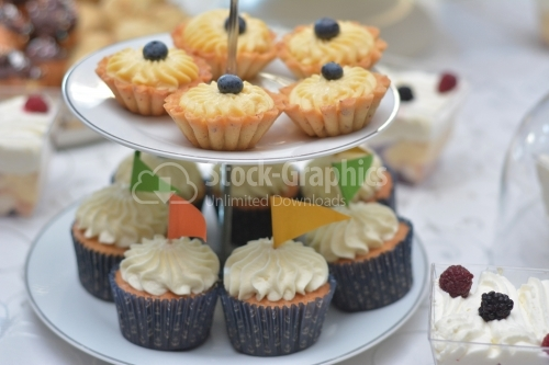 Vanilla cream muffins and tarts